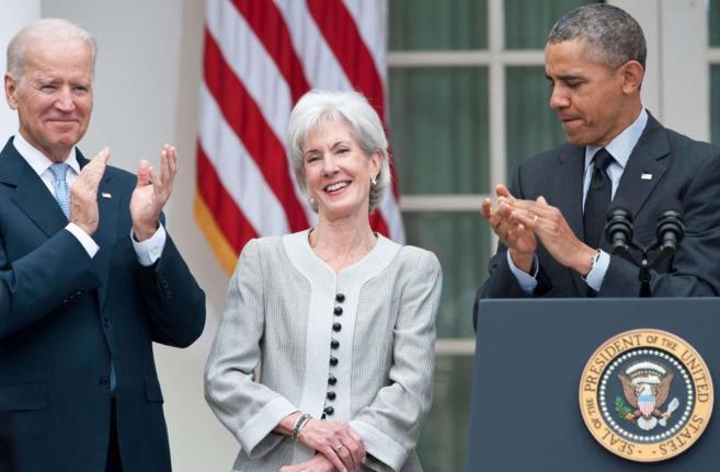 Barack Obama y Joe Biden aplauden a Kathleen Sebelius, dimitida...