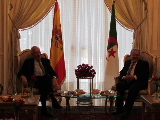 El ministro Margallo junto a su homólogo argelino, Ramtan Lamamra,...