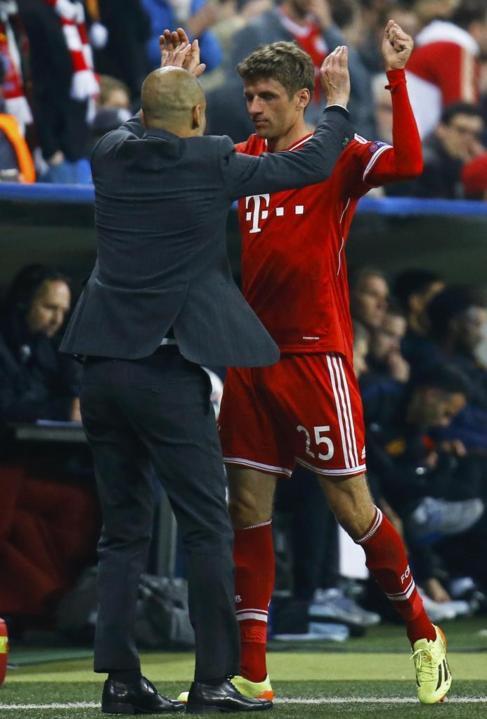 Guardiola felicita a Müller tras un gol.