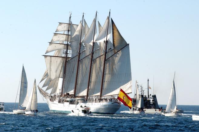 El buque Elcano, navegando en alta mar