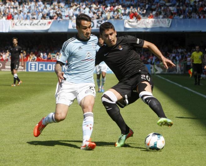 Hugo Mallo y José Ángel pugnan por un balón durante el encuentro.