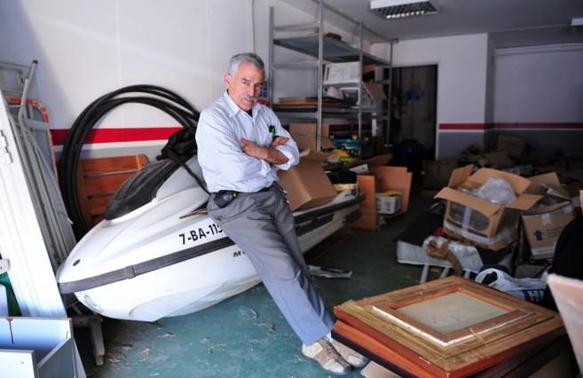 Gabriel Landínez posa en una de las motos acuáticas abandonadas por...