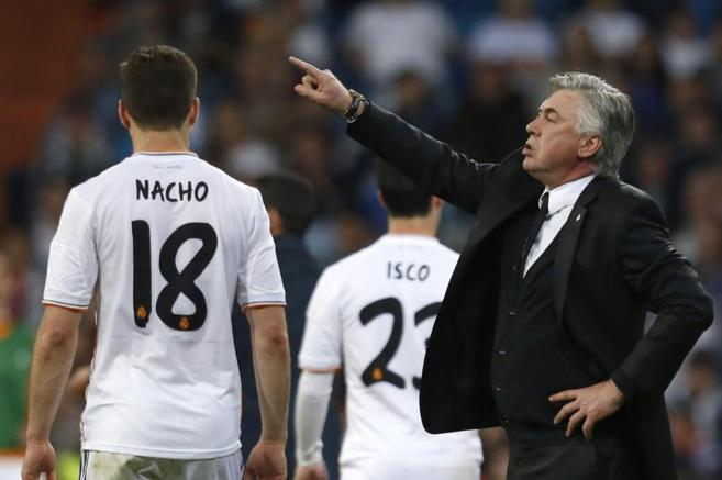 Ancelotti da instrucciones a sus jugadores, durante el partido ante el...