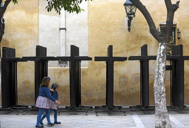 Dos niñas juegan en el Patio de los Naranjos del Salvador, junto a...