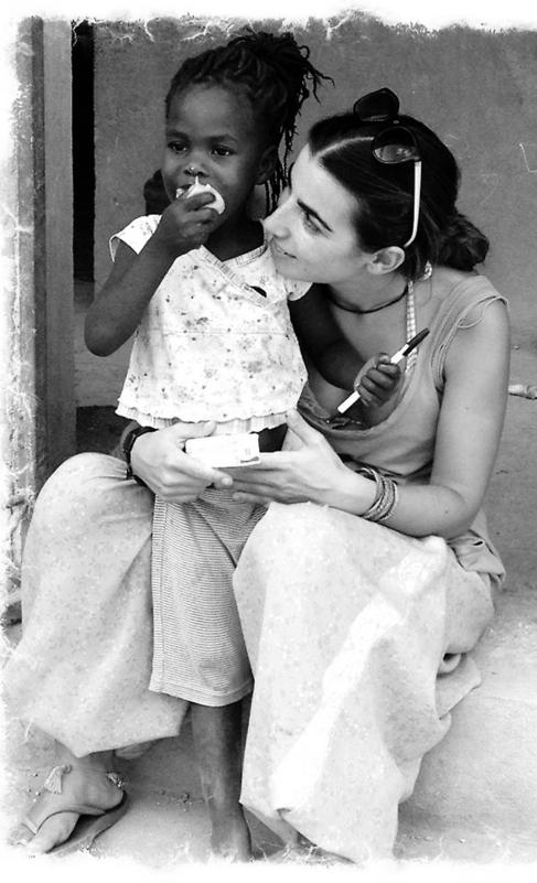 Lucía Lantero junto a Camzise, una de las niñas de la casa de...