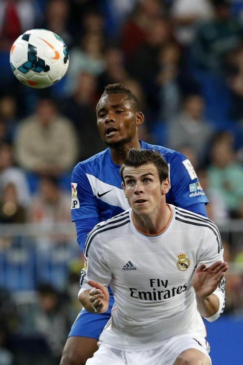 Bale,intenta controlar el balón ante Nelson,anoche