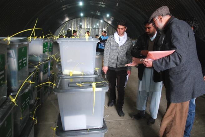 Un trabajador de la Comisión Electoral Independiente afgana revisa...