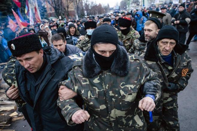 Milicianos prorrusos capturan a un hombre en Lugansk, en el Este de...
