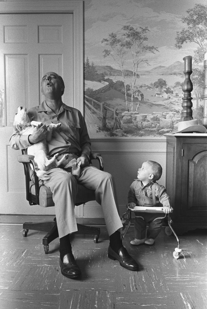 Johnson aúlla con su perro en presencia de su nieto.