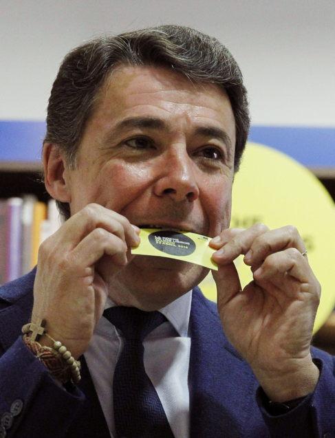 El presidente de la Comunidad de Madrid comiendo un ejemplar...