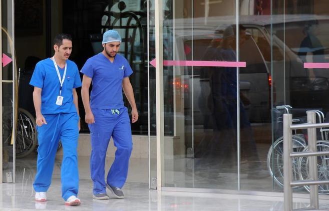 Dos sanitarios abandonan la unidad de urgencias en un hospital en...