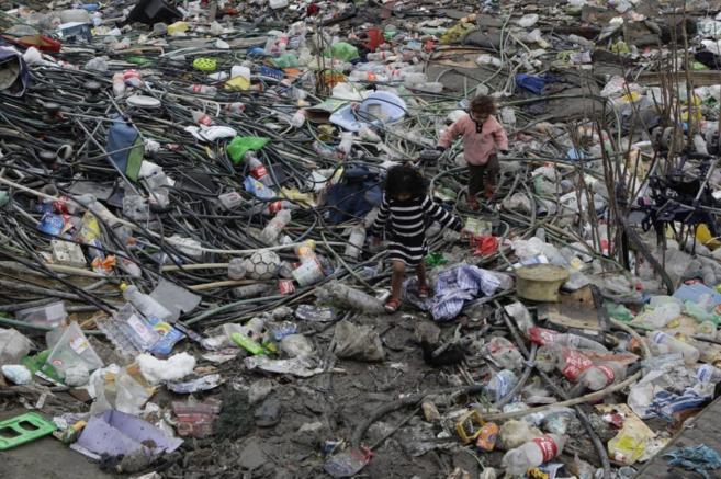 Dos niños deambulan entre la basura del poblado chabolista de El...