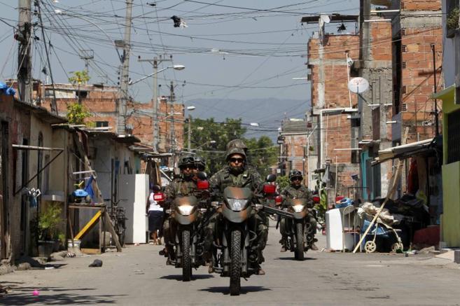 Miembros de las Fuerzas Armadas brasileñas participan en un operativo...