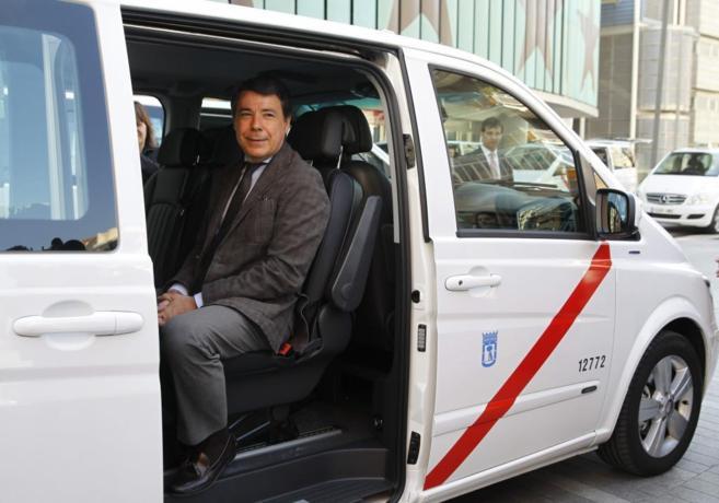 El presidente regional, Ignacio González en uno de los nuevos taxis.
