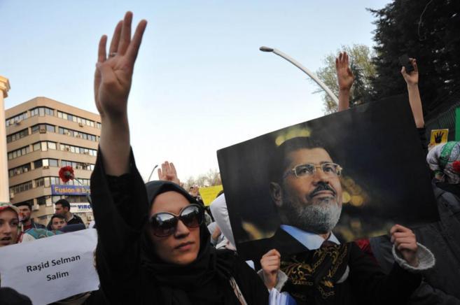 Partidarios de los Hermanos Musulmanes se manifiestan contra las...