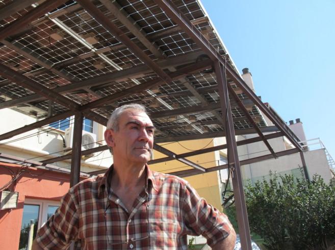 Eduardo Lorenzo en la terraza de su casa en Madrid cubierta por...