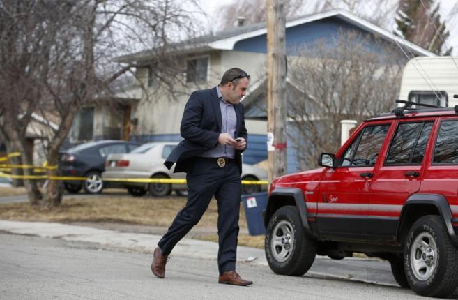 Un policía inspecciona el lugar donde han muerto cinco jóvenes, en...