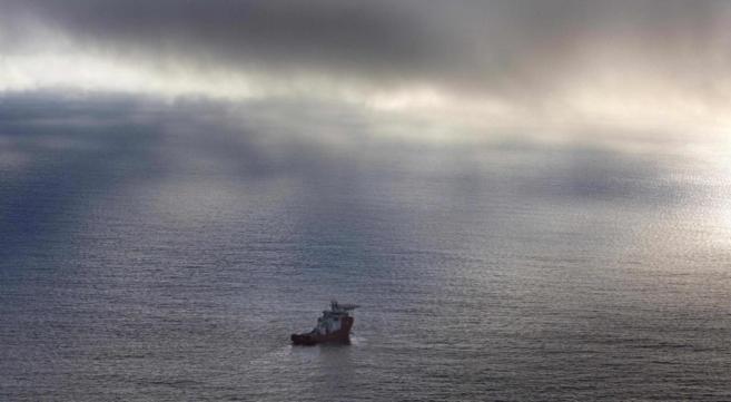 El buque 'Ocean Shield', en la inmensidad del océano,...