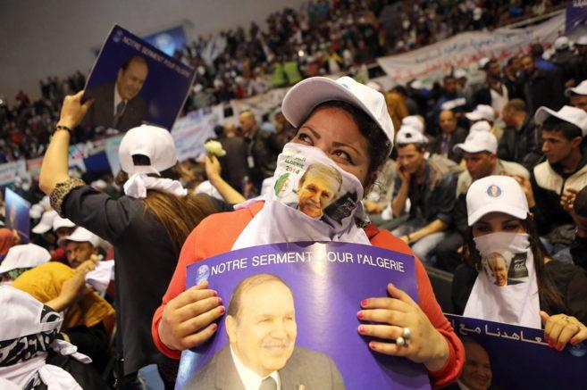 Seguidores del presidente argelino, Abdelaziz Buteflika, en un mitin...
