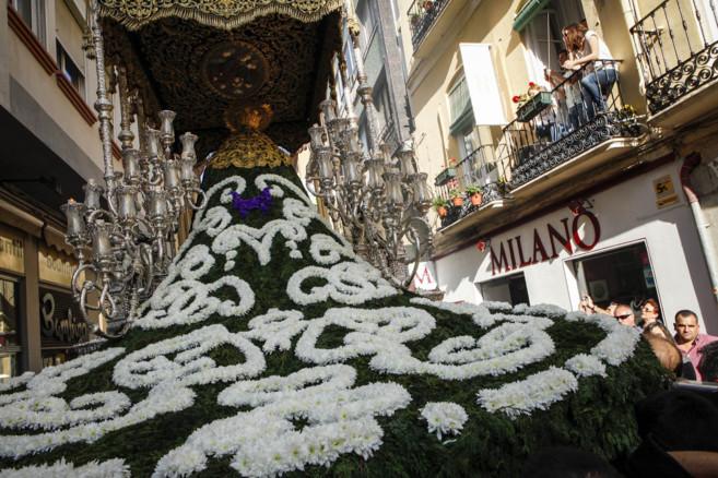 Vista del manto de flores de la Virgen de las Penas, en plena...