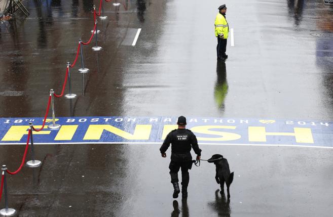 Policías de Boston patrullan cerca de la señal de fin de carrera,...