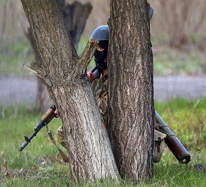 Un soldado ucraniano se oculta detrás de un árbol en Kramatorsk.