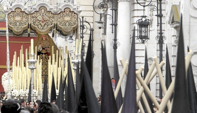 El palio de la Virgen de la Angustia, de los Estudiantes, avanza por...