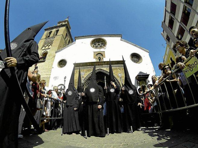 Nazarenos de Los Javieres inician su recorrido tras salir de la...