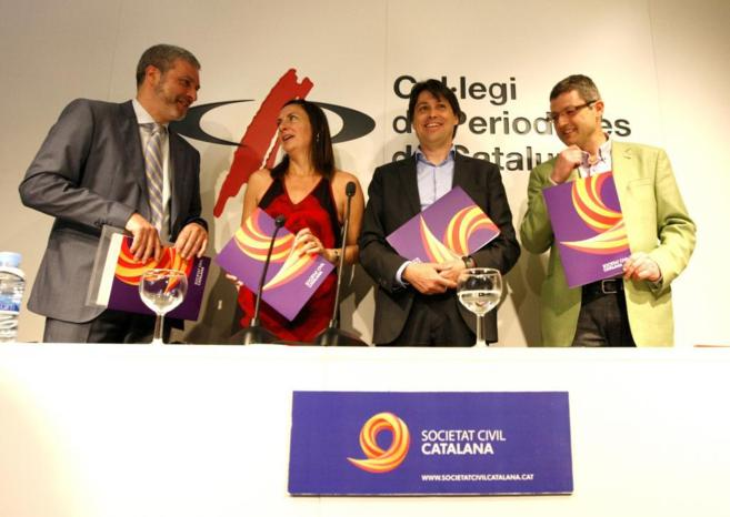 Miembros de la junta de Societat Civil Catalana en la presentación de...