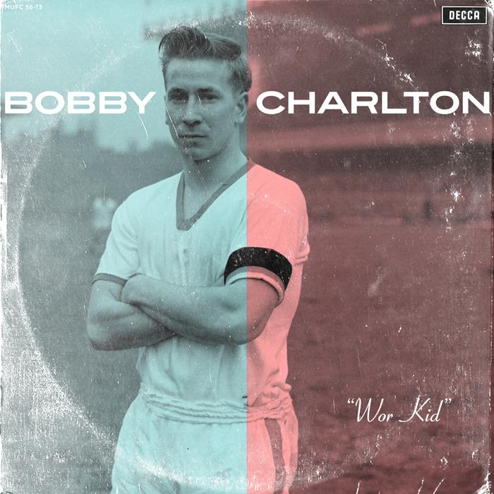 """Según la FIFA, el mejor jugador inglés fue Sir Robert 'Bobby' Charlton. El rojo y el blanco, colores de la bandera de Inglaterra aparecen sobre un joven Charlton, de brazos cruzados. """"Yo tengo dos equipos. Por un lado soy del Leceister City, ¡que ha vuelto a  la Premiere League hace una semana!"""", dice el forofo. """"Por otro, soy de la selección inglesa y bueno, también de la italiana, porque viví en Florencia muchos años""""."""