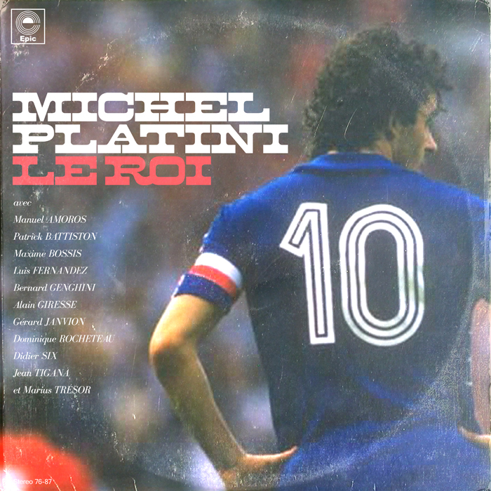 Michel Platini, acompañado -en los instrumentos y coros- por los jugadores que él lideraba cuando era capitán de la selección francesa, a principios de los 80 (Amoros, Battiston, Bossis...).  En la actualidad preside la UEFA.
