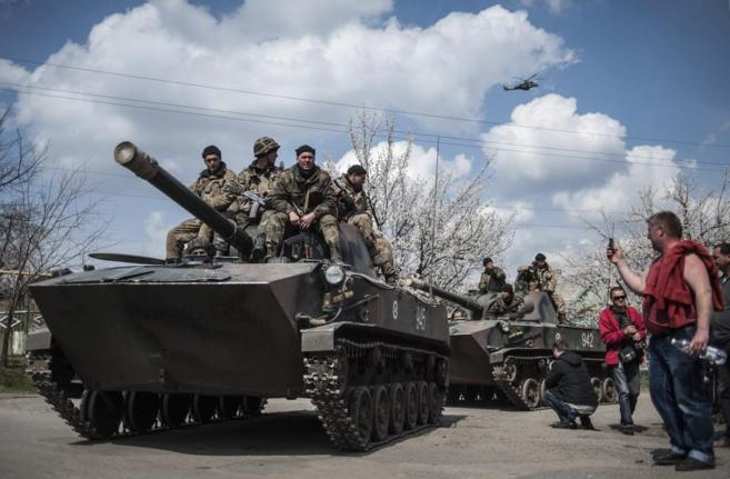 Activistas prorrusos en dos tanques militares en la región de...
