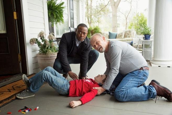 Omar Epps, que da vida a Martin Bellamy, ayuda a un niño tras...