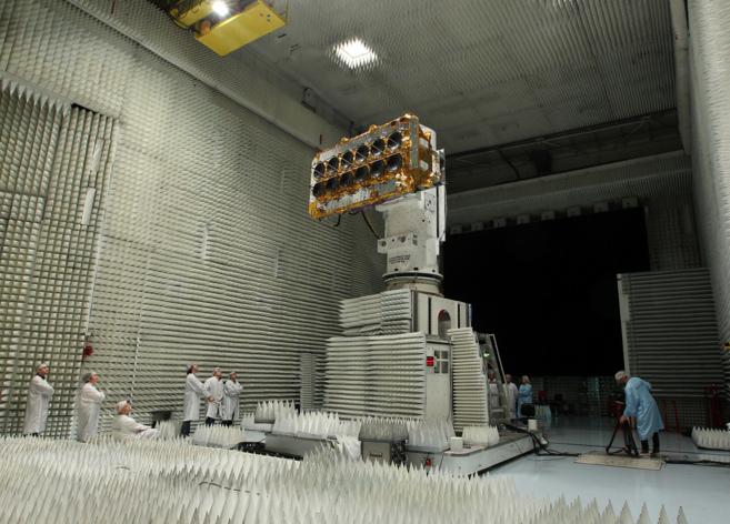 Operarios de SES Astra supervisan uno de los satélites que formarán...