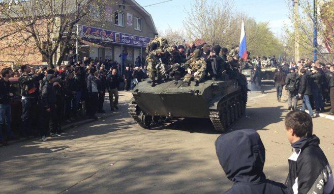 Soldados ucranianos enviados por el Gobierno de Kiev se pasan al bando...