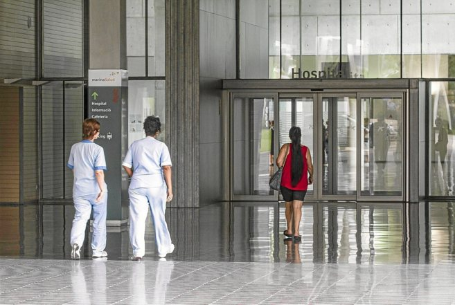 Personal  y usuarios en la entrada del Hospital de Dénia.