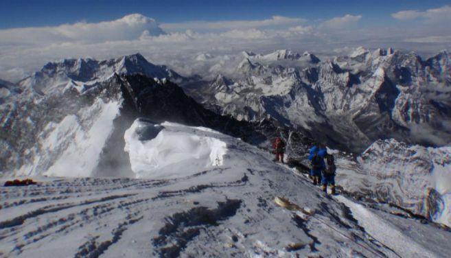 Montañeros intentando alcanzar la cima del Everest en 2013. AFP