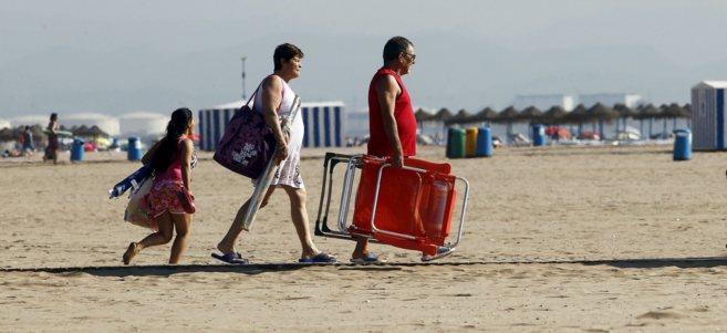 Una familia en la playa de la Malvarrosa de Valencia.