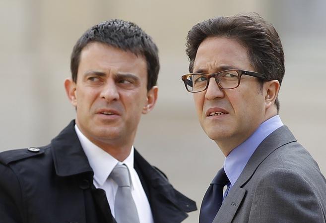 El primer ministro francés, Manuel Valls (izqda.), junto con Aquilino...