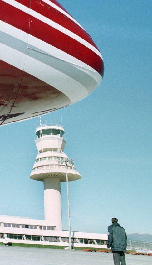 Avión esperando en el aeropuerto de Foronda