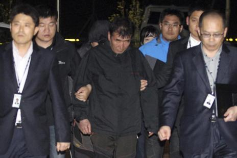 Lee Joon-Seok, custodiado por las autoridades.