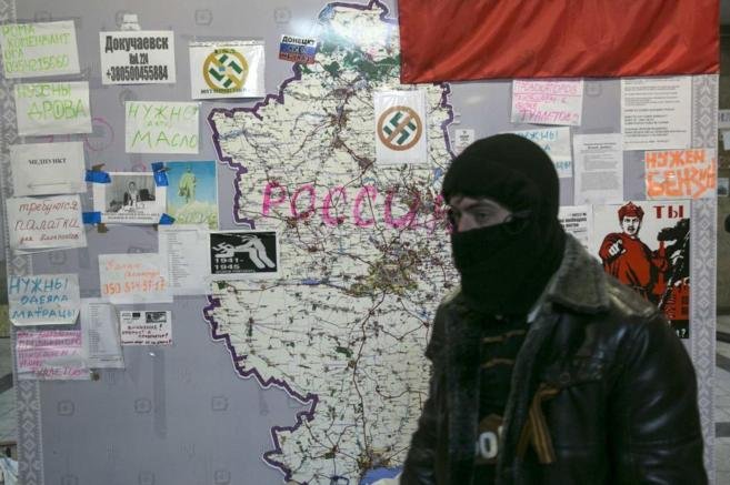 Un separatista prorruso en un edificio público ocupado en Donetsk.