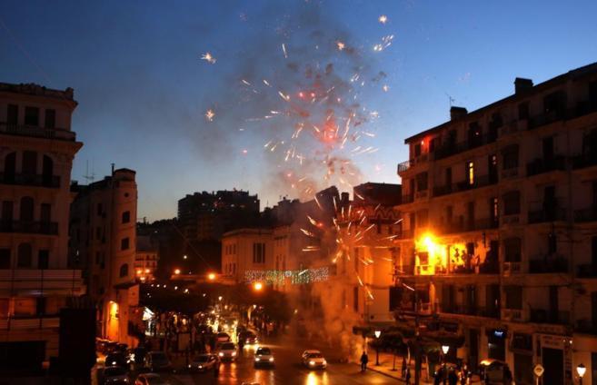 Fuegos artificiales en Argel para celebrar la victoria de Buteflika en...