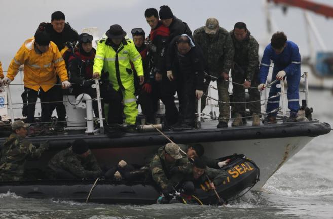 Miembros de la Marina surcoreana durante las labores de rescate en el...