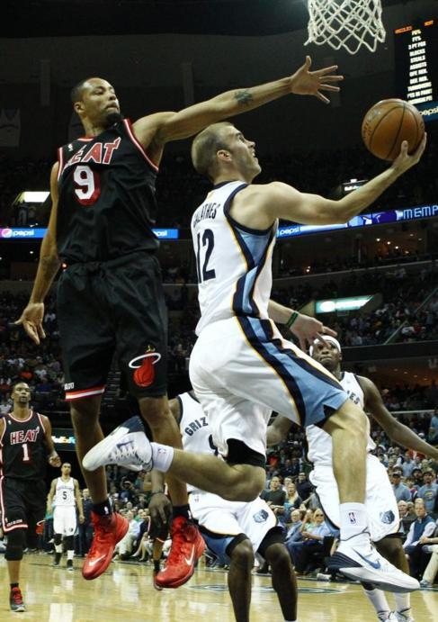 El jugador de Grizzlies Nick Calathes realiza una entrada a canasta.