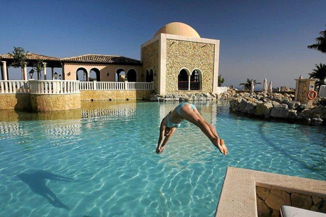 Una clienta del hotel Villaitana de Benidorm toma un baño en una de...