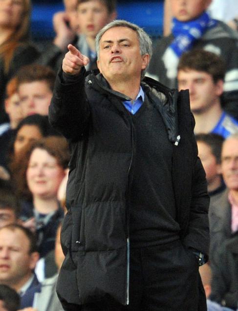 Mourinho gesticula, durante el partido ante el Sunderland.