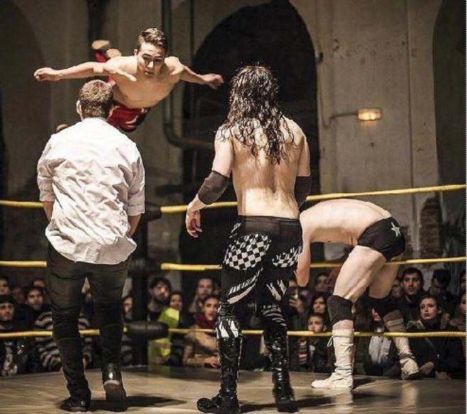 Uno de los combates de la espectacular Triple W en Lavapiés.