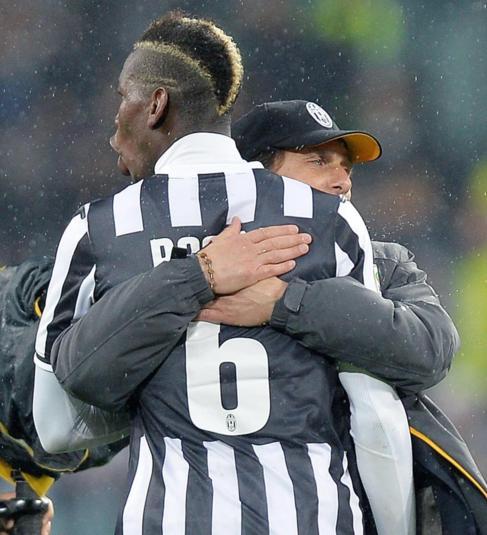 Conte abraza a Pogba al final del Juventus-Bolonia.