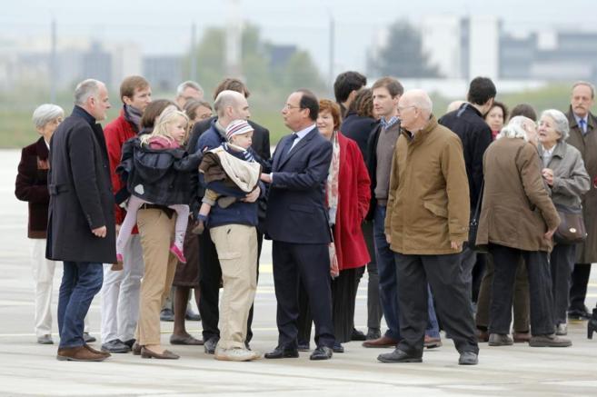 Los periodistas y sus familiares junto al presidente francés,...